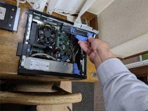HDDスロットを引き上げる
