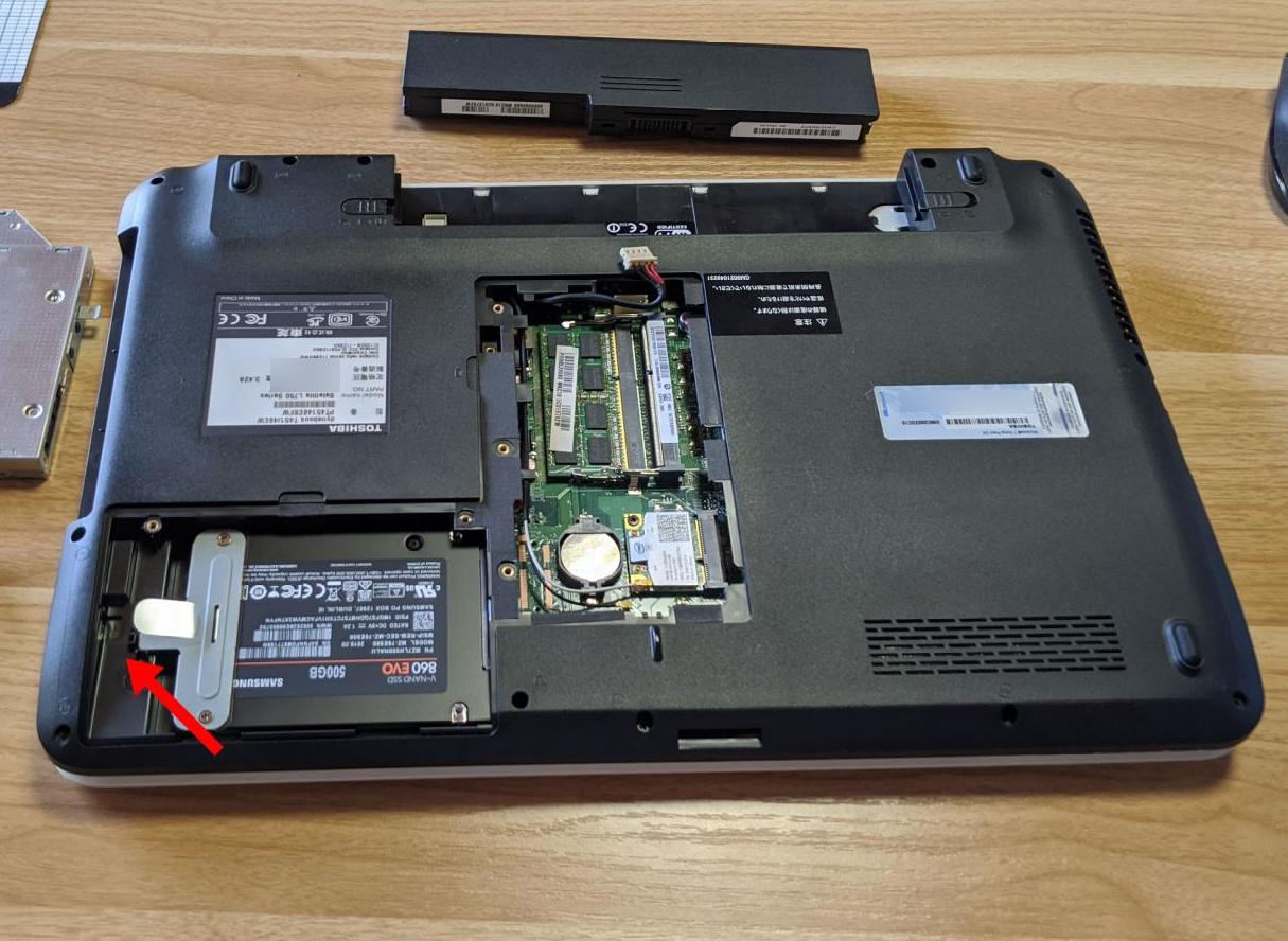 HDDを固定しているネジを外す